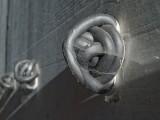 schwarze Knäuel, Aussenbetonwand. 10m x 10cm x 5cm